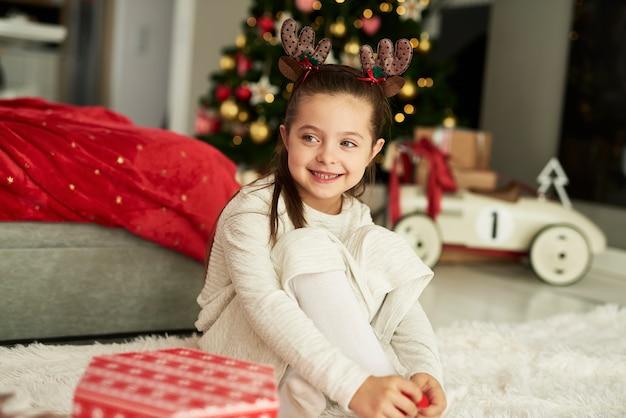 Charmant meisje tijdens de kerst