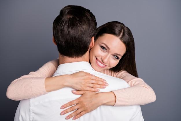 Charmant romantisch dromerig paar omarmen verliefd worden