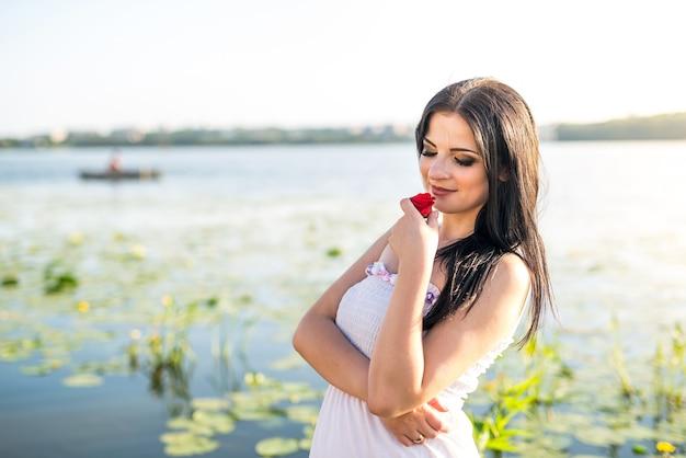 Charmant vrouwelijk portret op meer