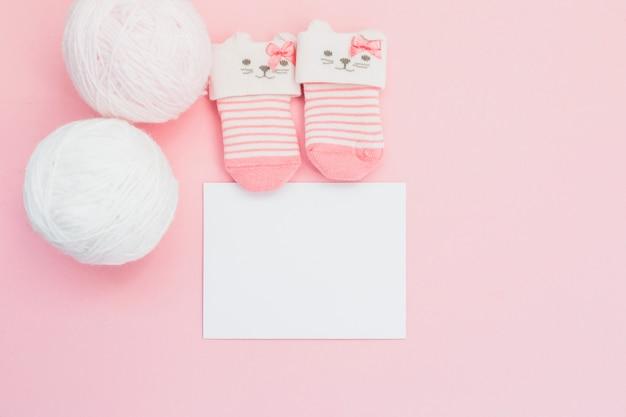 Charmante arrangement van sokken en ansichtkaart