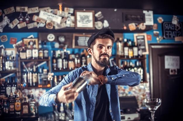 Charmante barman demonstreert zijn professionele vaardigheden in de nachtclub