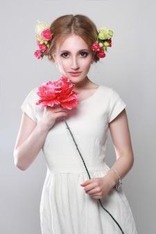 Charmante blonde bloemen haar en in haar handen