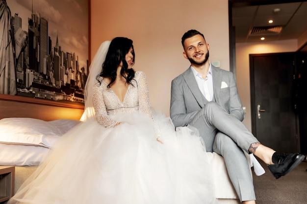 Charmante bruid en bruidegom in hun slaapkamer