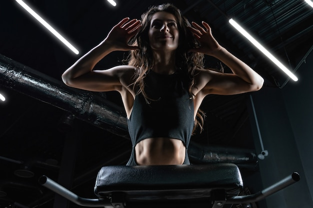 Charmante brunette hyperextensie in de sportschool doet
