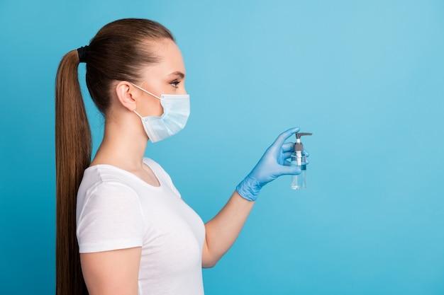 Charmante dame draag beschermende medische ademhalingsbescherming antiseptische spray