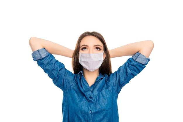 Charmante dame draagt een medisch ademhalingsmasker