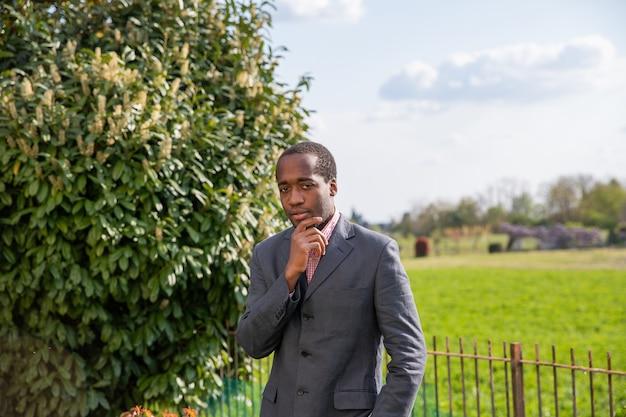 Charmante en aantrekkelijke afro-amerikaanse zakenman. zelfverzekerde man. Premium Foto