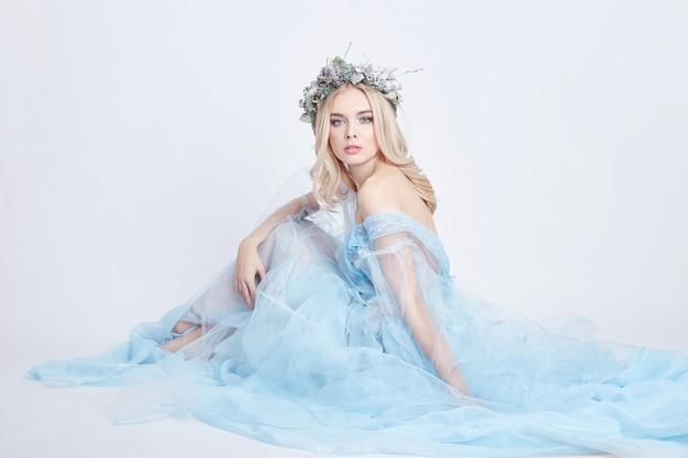 Charmante fee vrouw blauwe etherische jurk, krans