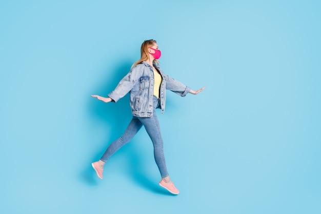 Charmante gekke zorgeloze dame springt geniet van vlucht draag roze masker