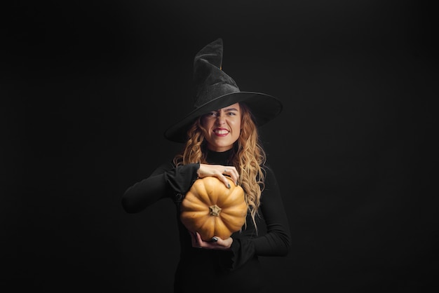 Charmante halloween heks over zwarte muur
