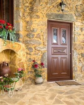 Charmante ingang van binnenplaats van oud mediterraan dorp spil