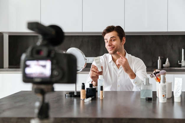 Charmante jonge man die zijn video-blog-aflevering filmt