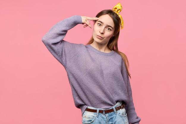 Charmante jonge vrouw met zijden sjaal op haar hoofd