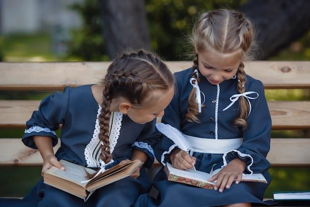 Charmante kleine meisjes in retro jurk wandelen in de stad op een zonnige zomerdag.
