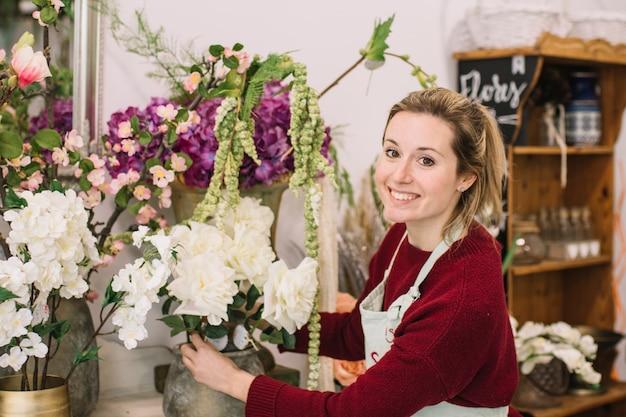 Charmante medewerker van bloemenwinkel