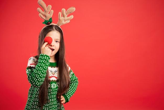 Charmante meid die een gekke dag heeft met kerstmis