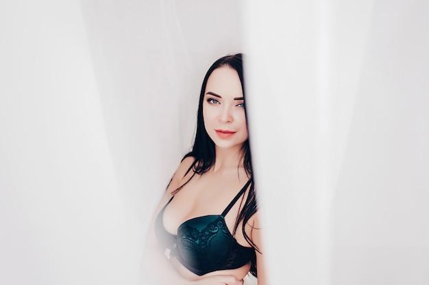 Charmante mooie aantrekkelijke sexy naakte vrouw