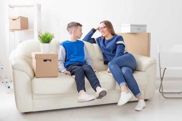 Charmante mooie vrouw jonge alleenstaande moeder communiceert hartelijk met haar zoon die het nieuwe plan bespreekt