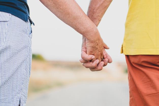 Charmante paar hand in hand als een belofte van liefde voor altijd
