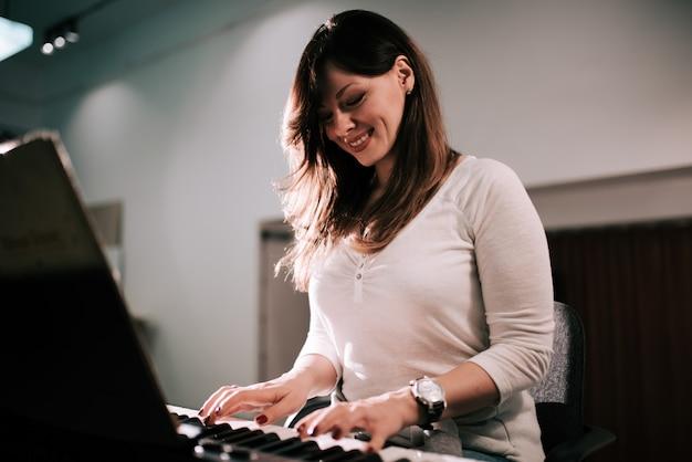Charmante piano synthesizer voor jonge vrouwen.