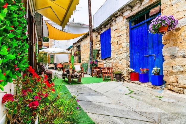 Charmante straatjes met leuke café-bars in oude traditionele dorpen van het eiland cyprus