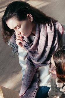 Charmante studentenmeisjesvrienden die over een boek zitten