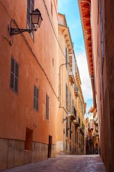 Charmante typische dorpsstraat van valldemossa, mallorca, spanje