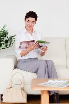 Charmante vrouw die een tijdschrift leest
