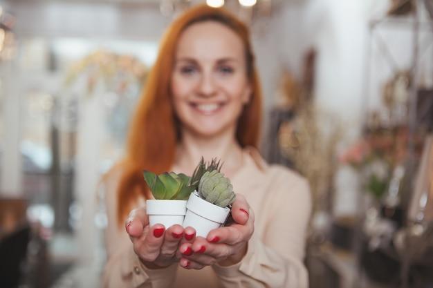 Charmante vrouw genieten van winkelen thuis decor winkel