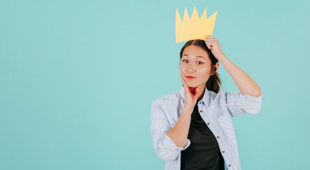 Charmante vrouw in papieren kroon