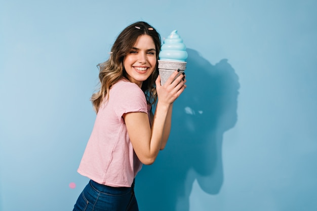 Charmante vrouw in t-shirt poseren met ijs