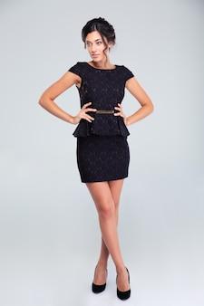 Charmante vrouw in zwarte jurk