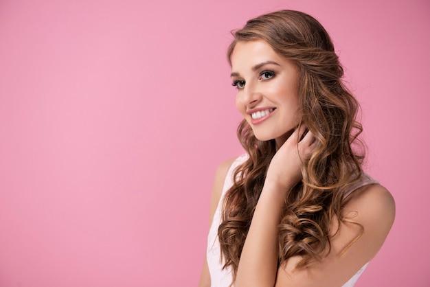 Charmante vrouw met perfecte glimlach