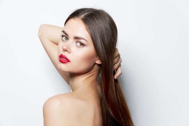 Charmante vrouw naakte oven rode lippen lang haar huidverzorging close-up
