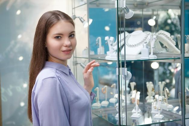 Charmante vrouw winkelen bij juwelier