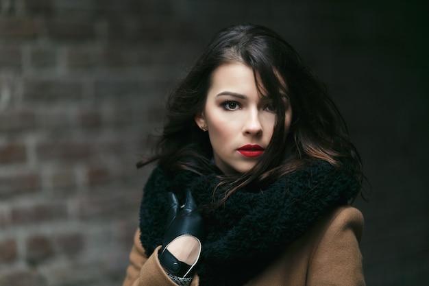 Charmante vrouwelijke mannequin in een jas.