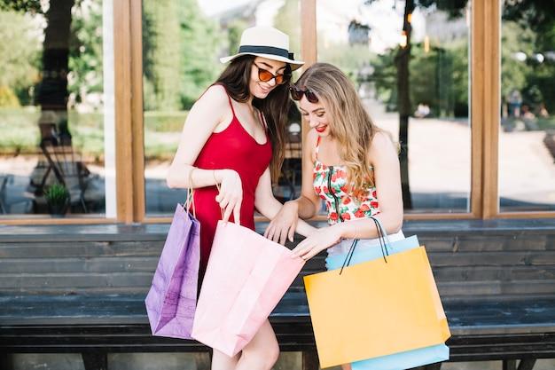Charmante vrouwen die aankopen tonen