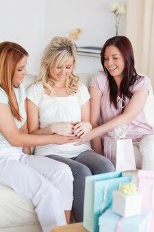 Charmante vrouwen hebben een babyfeestje