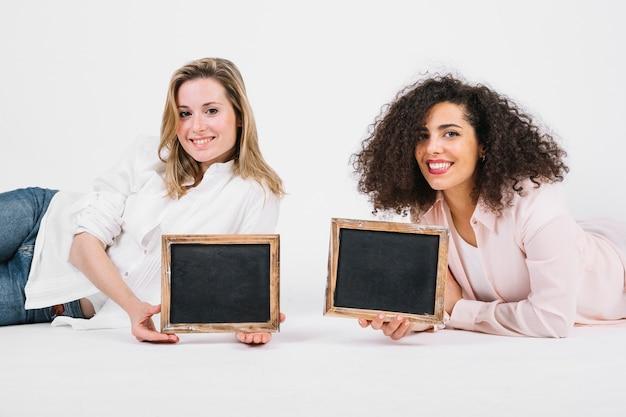 Charmante vrouwen met schoolborden