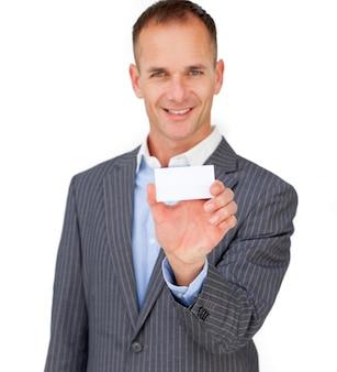 Charmante zakenman die een witte kaart toont