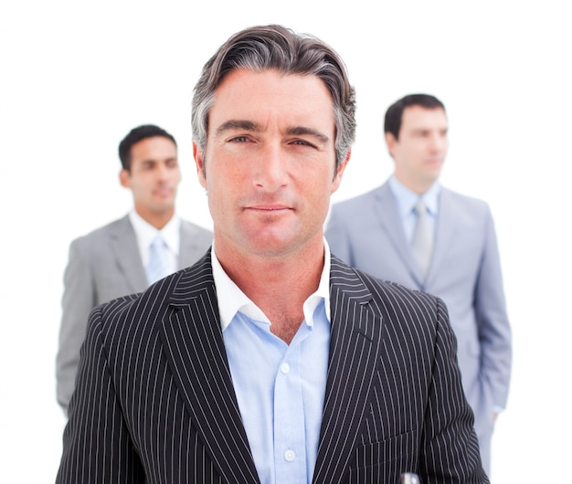 Charmante zakenman poseren voor zijn team