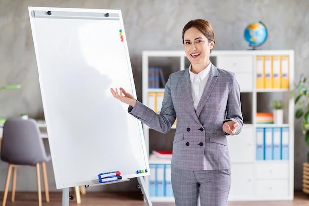 Charmante zelfverzekerde zakenvrouw houdt de aanwijzer les binnen les