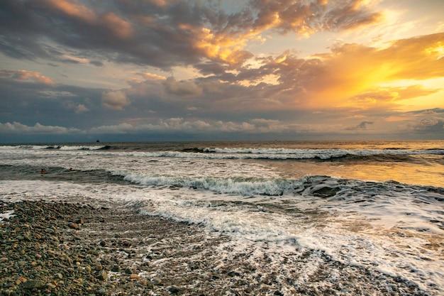 Charmante zonsondergang op het strand van de zwarte zee in georgië