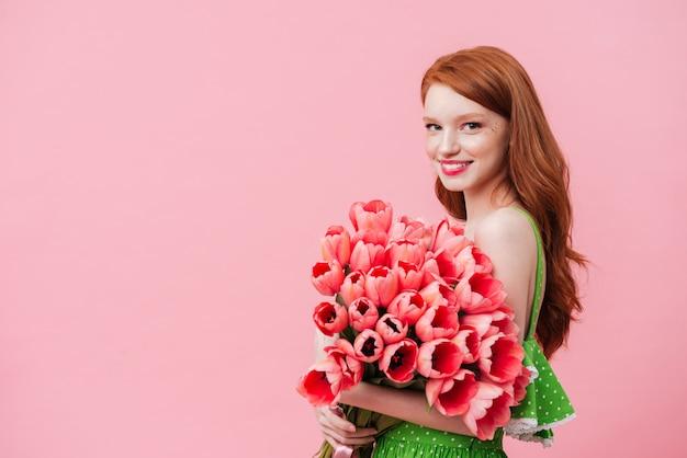 Charmful vrouw met roze tulpen