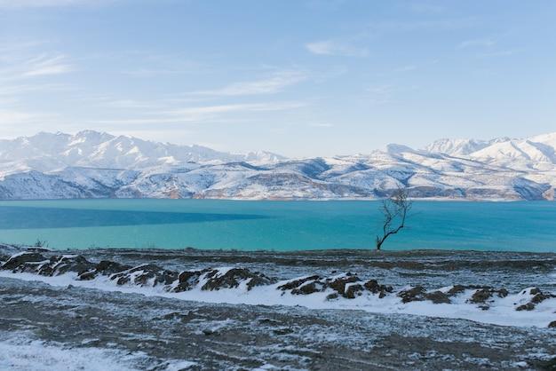 Charvak-reservoir in de winter in oezbekistan
