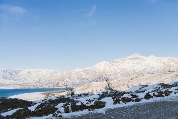 Charvak-reservoir in de winter in oezbekistan.