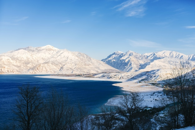 Charvak-reservoir met water op een heldere winterdag