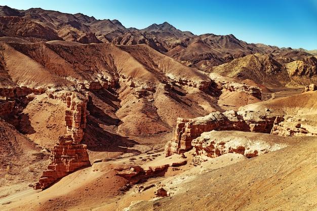Charyn canyon, een bezienswaardigheid van kazachstan. uitzicht op heuvels en bergen. natuurlijk landschap.