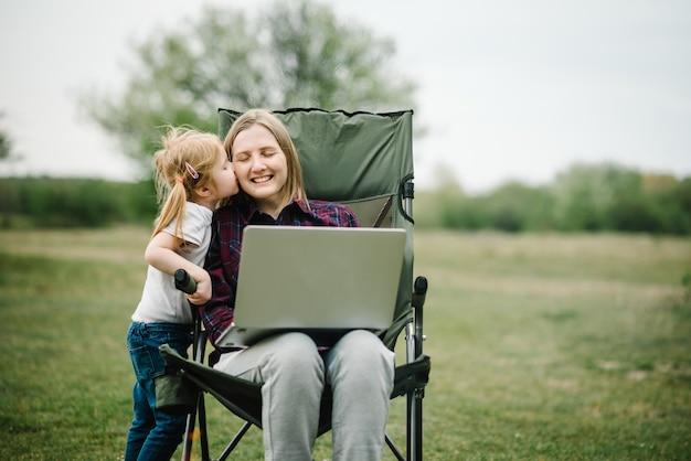 Chat online met familie op laptop op picknick in de natuur