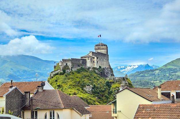 Chateau fort van lourdes castle op een rots, bezienswaardigheid besneeuwde bergtoppen